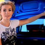 Сексуальная блондинка тестирует новый Renault Logan 2