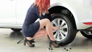 девушка меняет колесо на рено логан