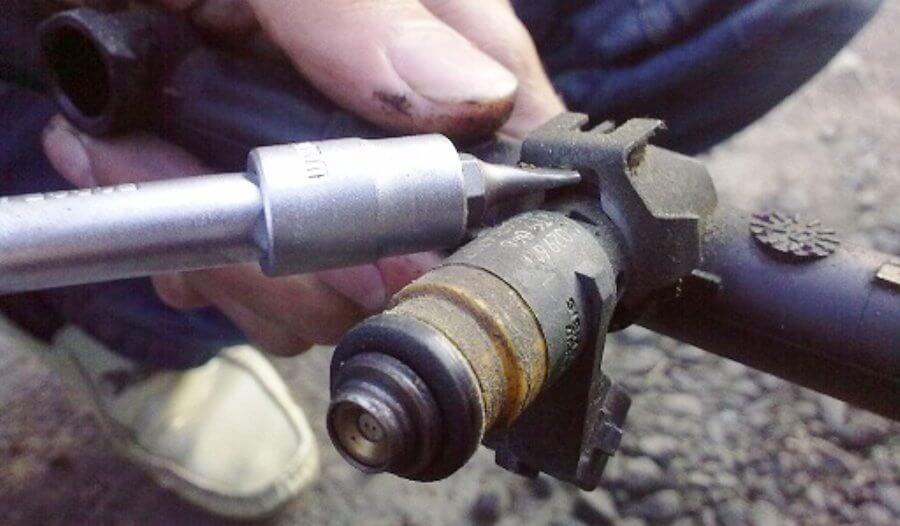как снять форсунку с рампы инжектора двигателя логан