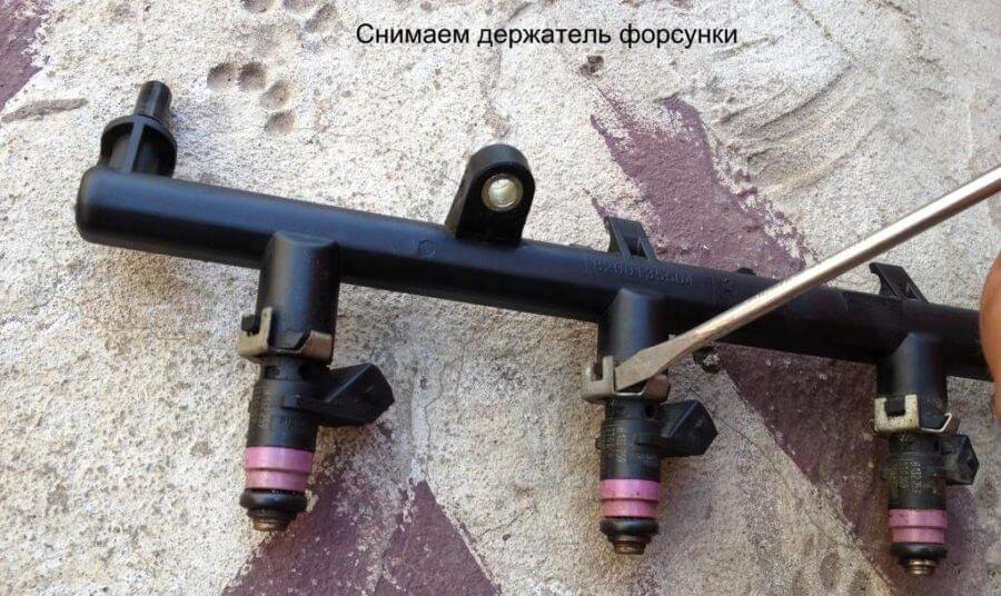 как снять держатель форсунки на рампе двигателя рено логан