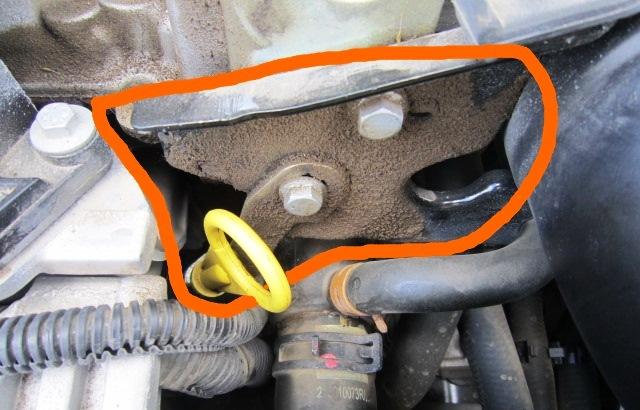 следы масляных потеков на двигателе б/у рено логан
