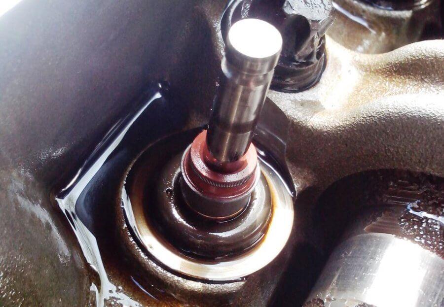 новый маслосъемный колпачек на оси клапана рено логан