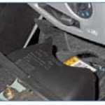 8.1.13. Renault Logan. Эксплуатация, обслуживание и ремонт автомобилей Рено Логан c 2005 года выпуска. Электрооборудование. Снятие блока управления подушками безопасности и подушки безопасности водителя. — «ВАЖНО ВСЕМ» — автотранспортный портал